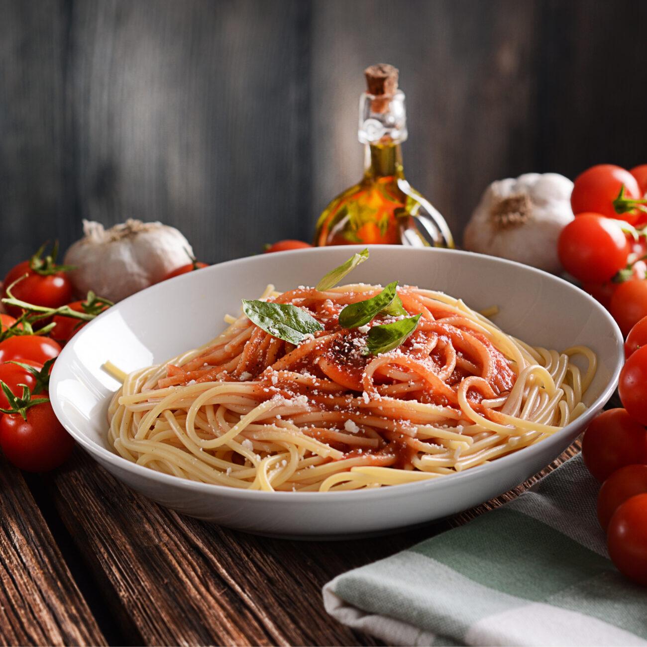 Špageti s paradižnikovo omako z baziliko