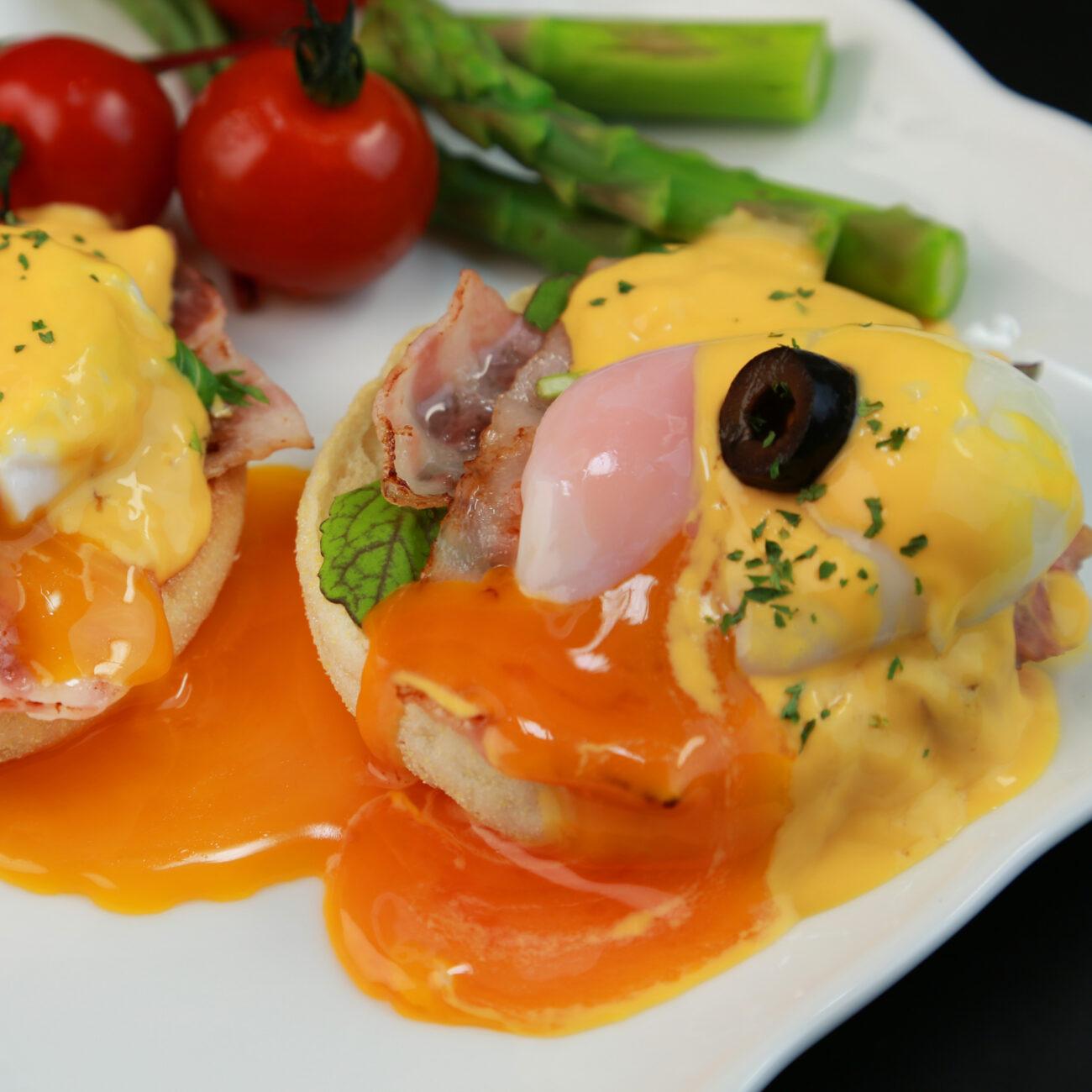 Pečeno jajce s sirom in slanino v kruhovi skledici