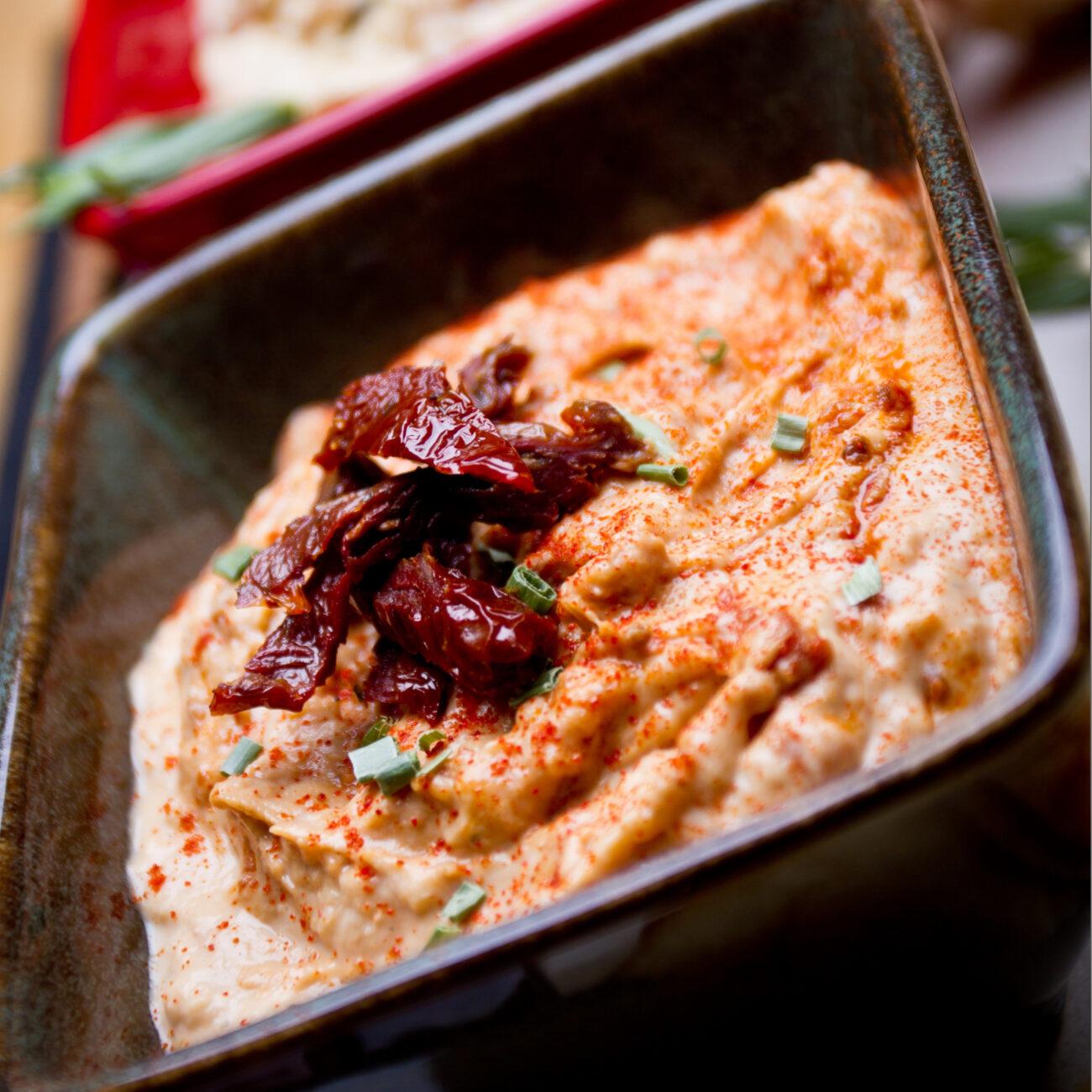 Humus s sušenimi paradižniki