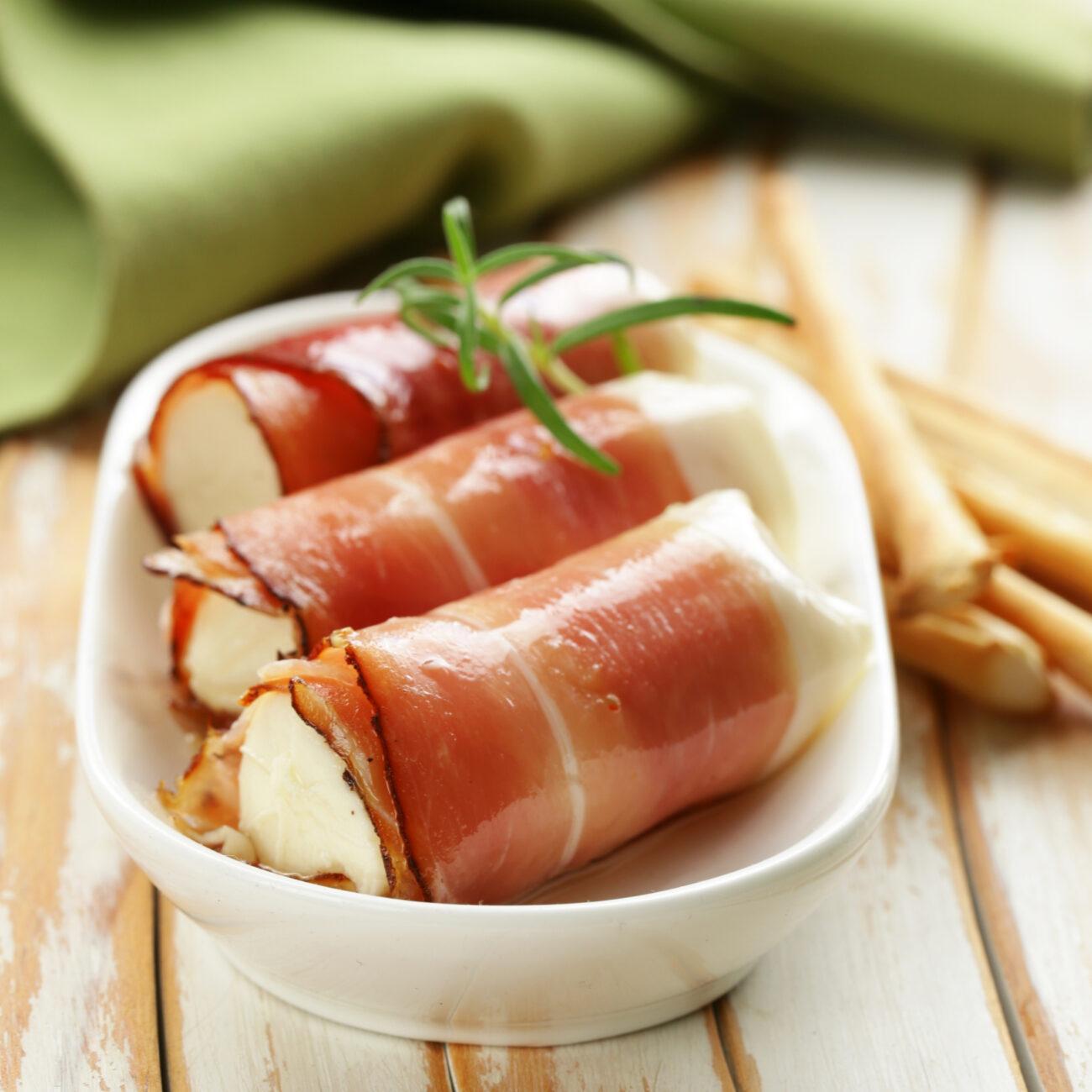 Šunkini zvitki s sirnim namazom, hrenom in orehi