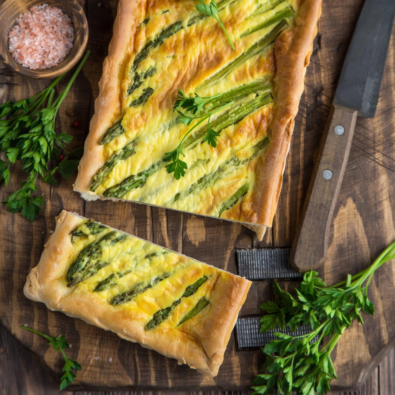 Špargljeva pita s panceto, skuto in zelišči