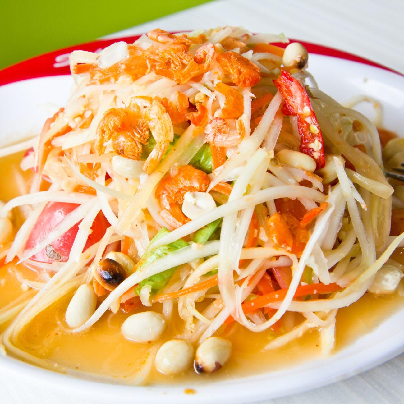 Pekoča tajska korenčkova solata